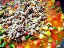 Małże z zielonymi szparagami w sosie pomidorowym