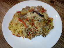 Marynowany schab z warzywami chińskimi i makaronem