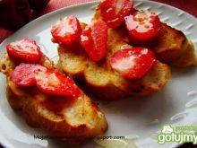 Maślane grzanki z truskawkami i miodkiem