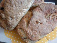 Maślankowy chlebek z rodzynkami i morelami