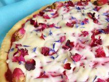 Mazurek z malinami, różą i białą czekoladą