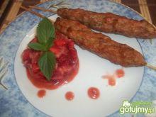 Mielone szaszłyki z salsą truskawkową