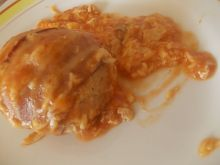 Mielone w boczku z sosem pomidorowym