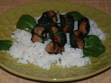Mielone w liściach szpinaku na ryżu