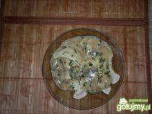 Mięsne pierogi w sosie pieczarkowym