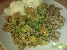 Mięsny gulasz z cukinią i marchewką
