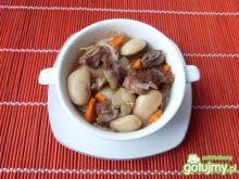 Mięso baranie z fasolą i marchewką