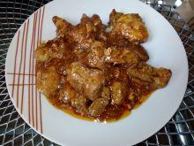 Mięso w sosie z cebulą i porem z patelni
