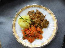 Mięso wieprzowe z sosem i marchwią
