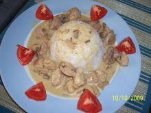 Mięso z indyka w sosie grzybowym.