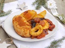 Mięso z suszonymi owocami i opiekanymi ziemniakami