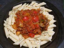 Mięso z warzywami w sosie na makaronie