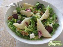 Mieszanka sałat z gruszką i orzechami