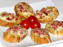 Mini grzanki z boczkiem i mozzarellą