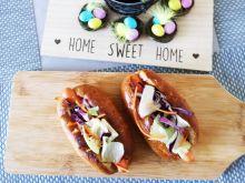 Mini hot-dogi z ciemnej bułki