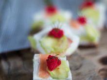 Mini kanapki z serową galaretką i łososiem