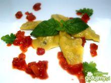 Mini pierożki mięsne z czerwonym sosem