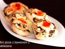 Mini pizza z kawiorem z bakłażana
