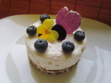 Mini serniczek z serka mascarpone z cukrem różanym