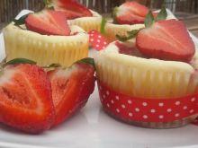 Mini serniczki z truskawkami