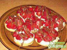 Mini tarty z truskawkami i czekoladą
