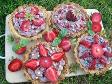 Mini tarty z truskawkami i czekoladową śmietanką