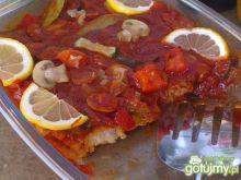 Mintaj w czerwonym sosie z warzywami