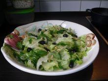 Miska roznych salat.