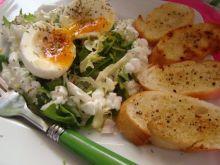 Mix sałat podany z grzankami , jajkiem i twarogiem