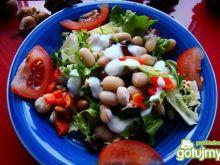 Mix sałat z fasolą i sosem czosnkowym