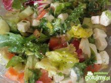 Mix sałat z fetą i warzywami.
