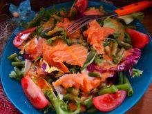 Mix sałat z zieloną fasolką i łososiem