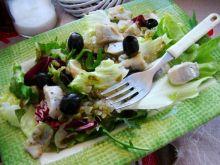 Mix sałat ze śledzikiem i sosem czosnkowym