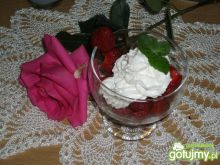 mleczna pianka na truskawkach