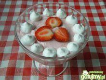 Mleczny deser z truskawkami