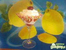 Mleczny deserek z truskawkami.