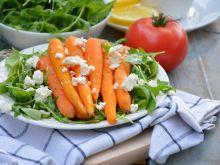 Młode marchewki gotowane na parze z rukolą i fetą