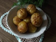 Młode ziemniaczki pieczone z masłem i solą morską