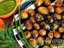 Młode ziemniaki ze szczypiorkiem i sosem