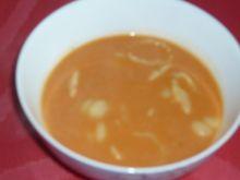 Mocno czosknowa zupa pomidorowa z makaronem