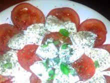 mozzarella z pomidorami i bazylią