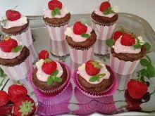 Muffinki czekoladowe z serkiem i truskawkami