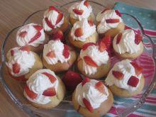Muffinki truskawkowe z bitą śmietaną - Gotowe muffinki kuszą wyglądem i smakiem :)
