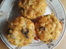Muffinki z łososiem, gorgonzolą i oliwkami