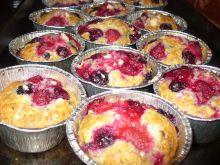 Muffinki z porzeczką czerwoną, ostrężyną i maliną