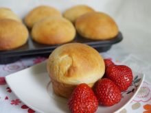 Muffinkowe drożdżówki z truskawkami