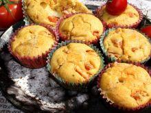 Muffiny bazyliowe z pomidorem nadziane mozzarellą