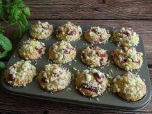 Muffiny kokosowe z rabarbarem i truskawkami