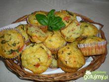 Muffiny z mozarellą i pomidorami.