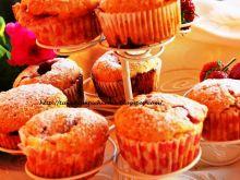 Muffiny z serkiem i truskawkami